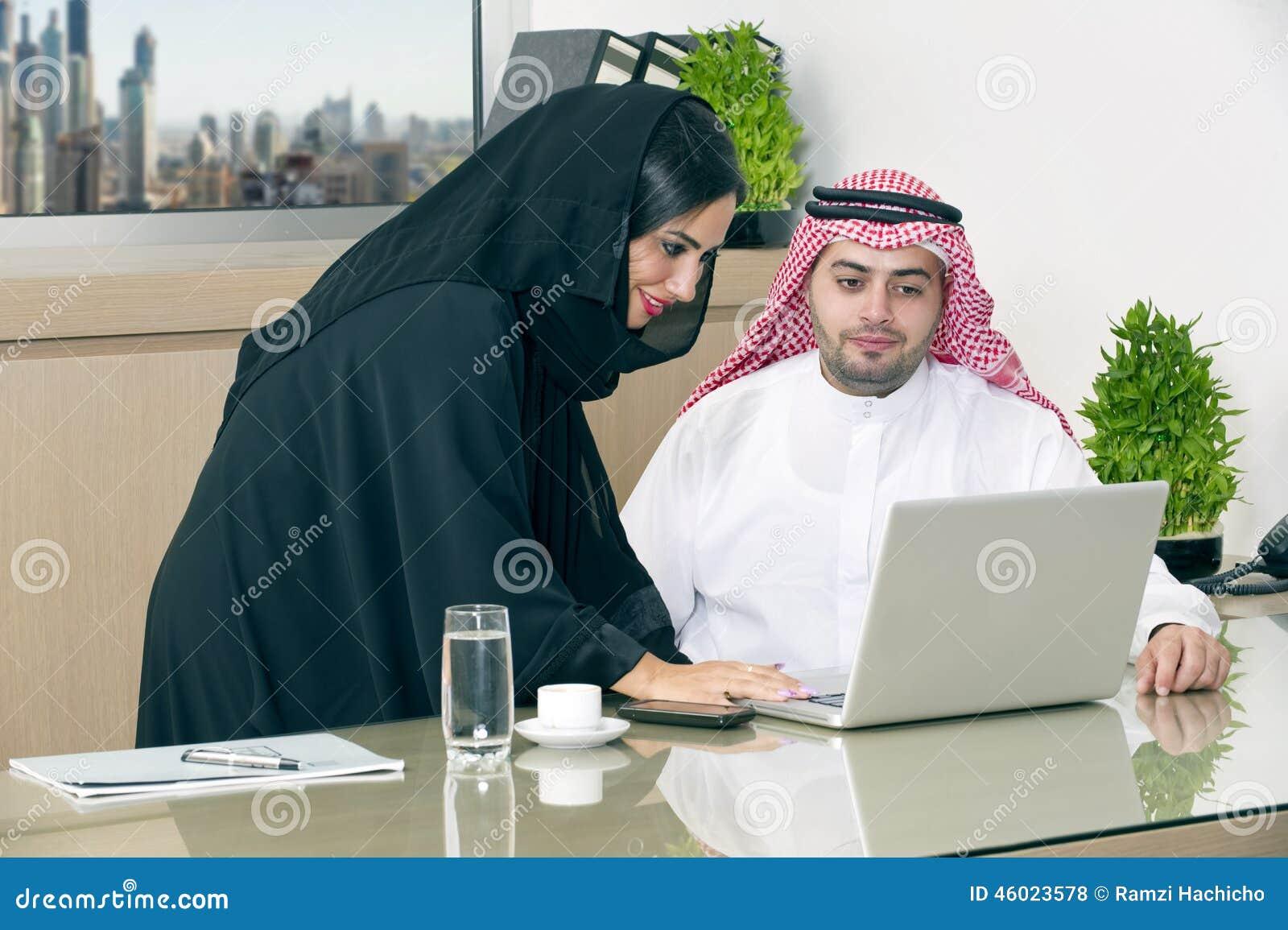 Réunion d affaires dans le bureau l homme d affaires arabe et le