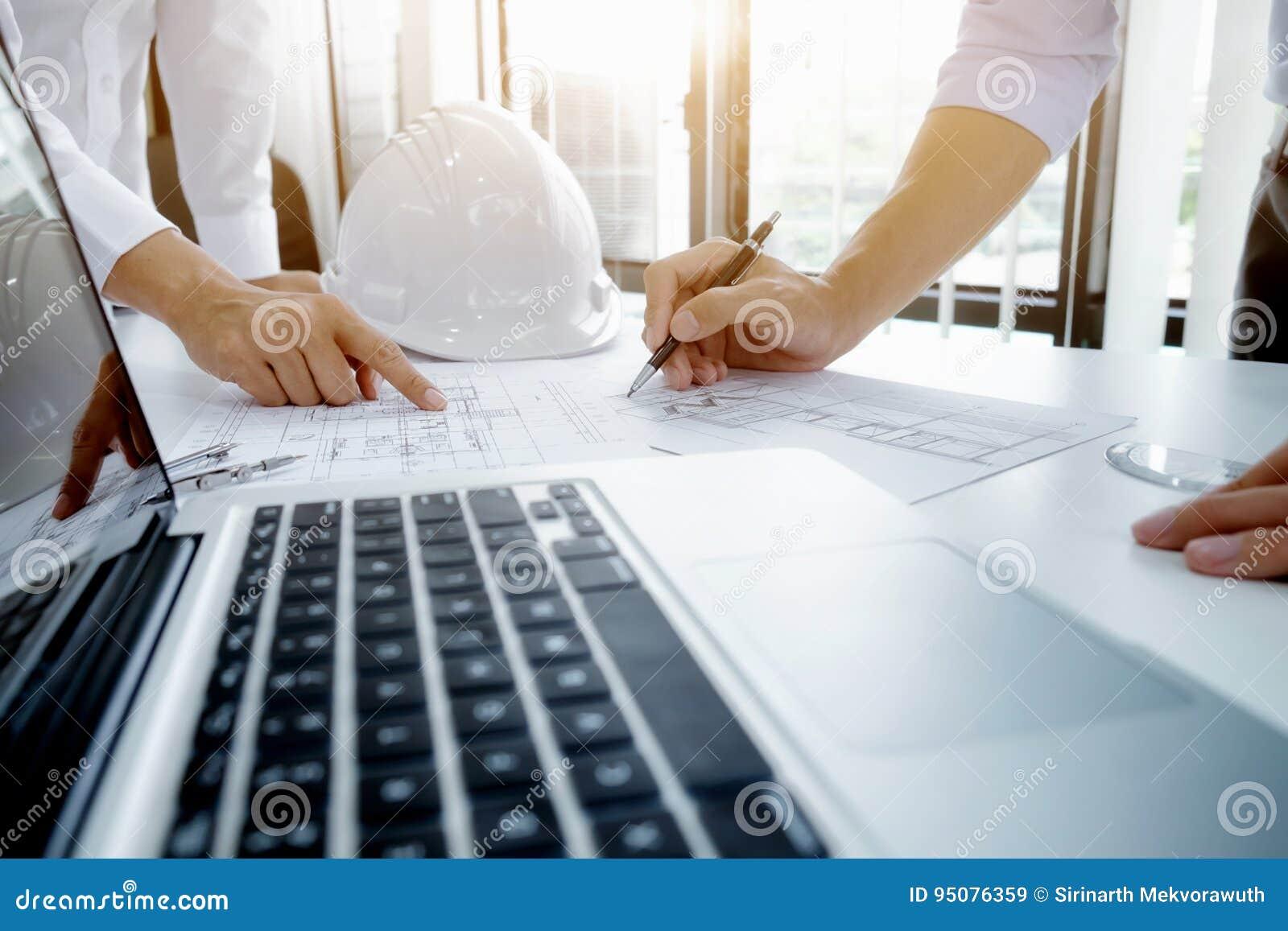 Réunion d ingénieur pour le projet architectural Travail avec l associé