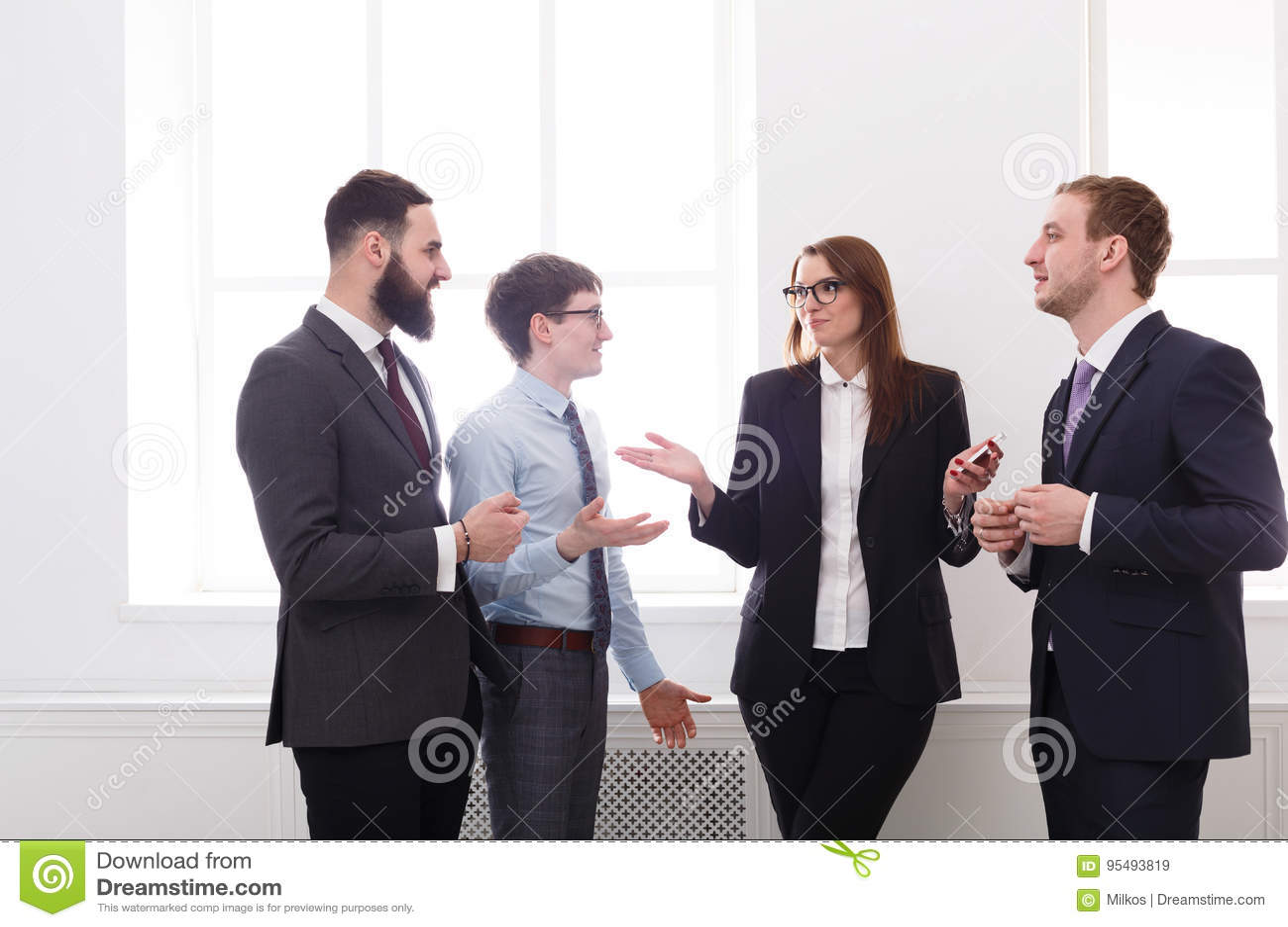 Réunion de la société dans le bureau, gens d affaires avec l espace de copie