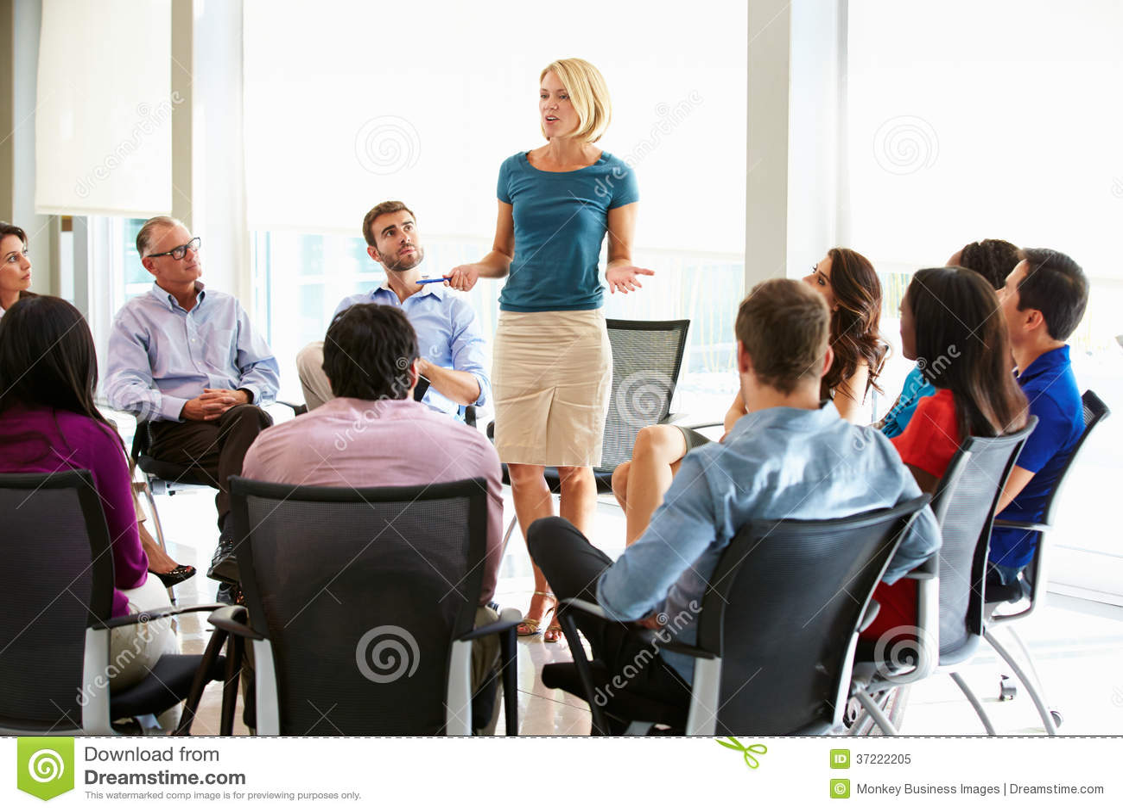 Réunion de personnel d Addressing Multi-Cultural Office de femme d affaires