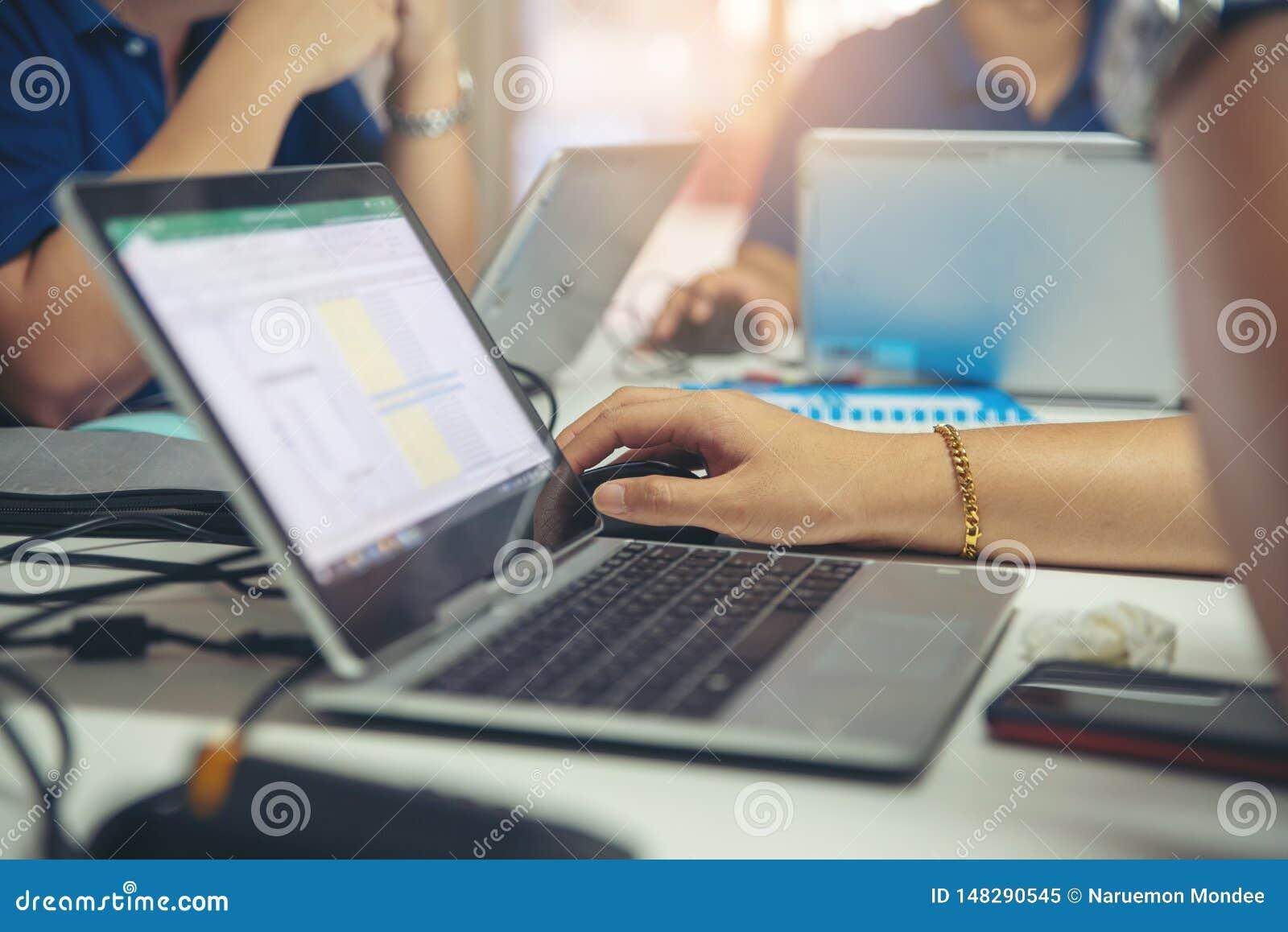 R?union, discussion et recherche de Corporate Team d analyste ensemble dans la nouvelle strat?gie de projet Homme d affaires et ?