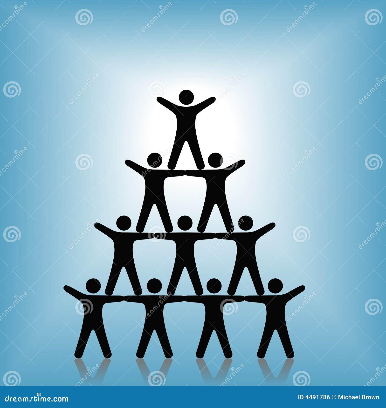 Réussite de travail d équipe de groupe de pyramide de gens sur le bleu