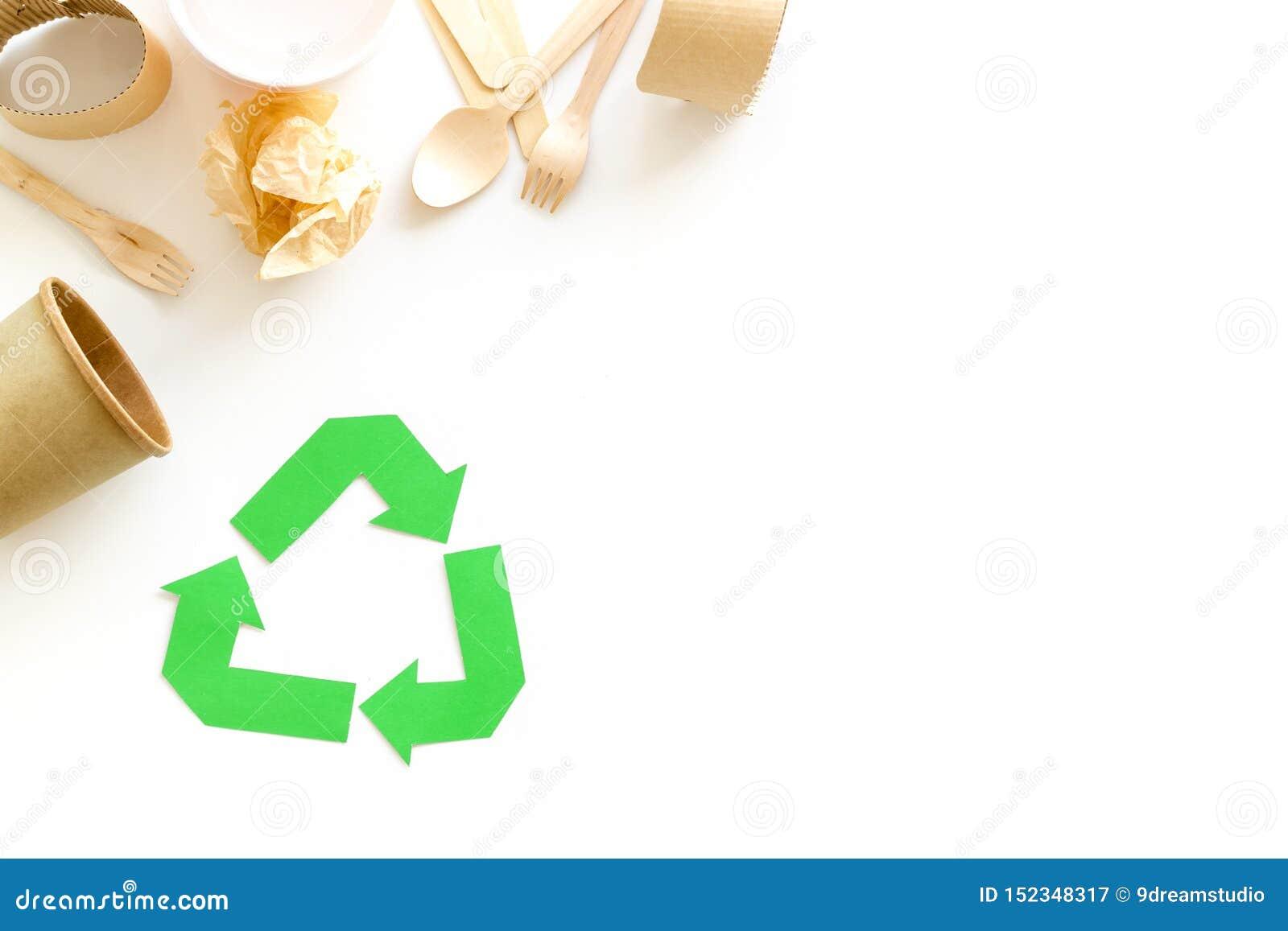 Réutilisant le symbole et les déchets différents, tasse, vaisselle plate pour l écologie sur la moquerie blanche de vue supérieur