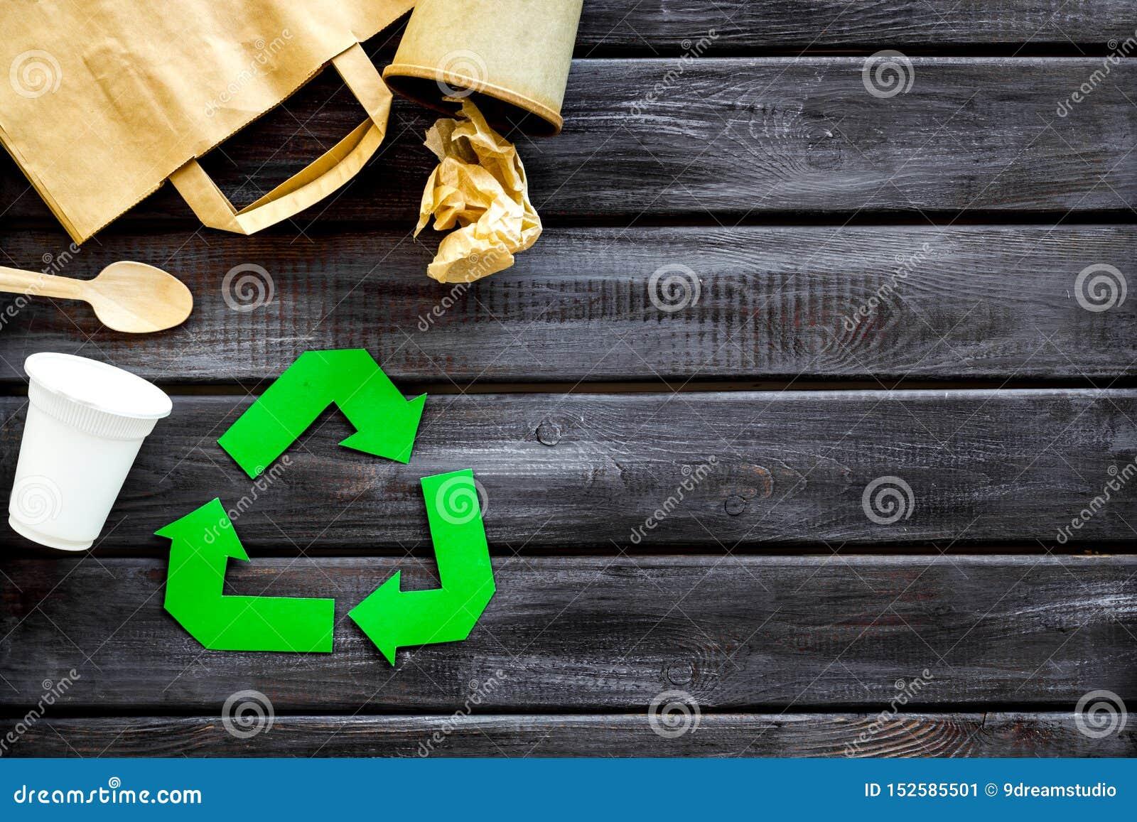 Réutilisation du symbole avec la tasse en plastique, la tasse de papier et le sac, vaisselle plate pour l écologie sur le copyspa