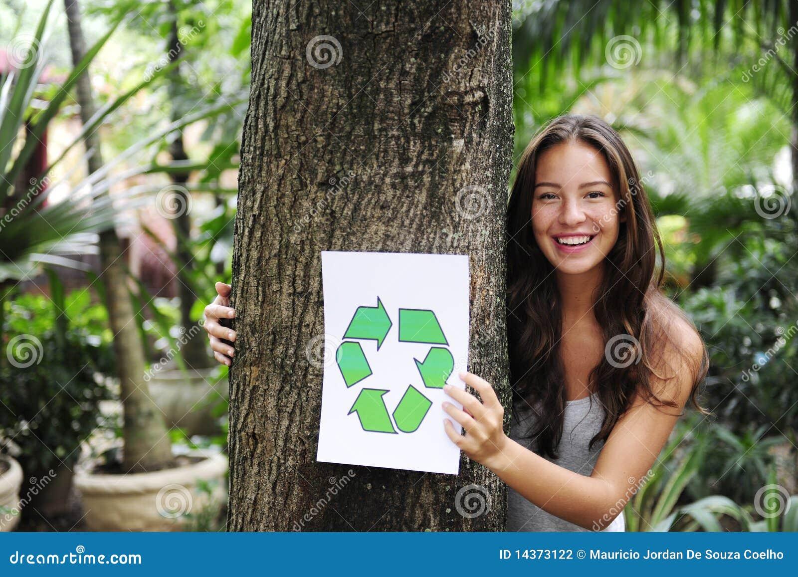 Réutilisation : le femme dans la forêt avec réutilisent le signe
