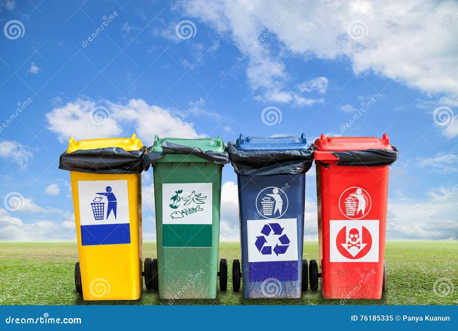 Réutilisez les poubelles et les déchets de sac sur le fond d herbe verte et de ciel,