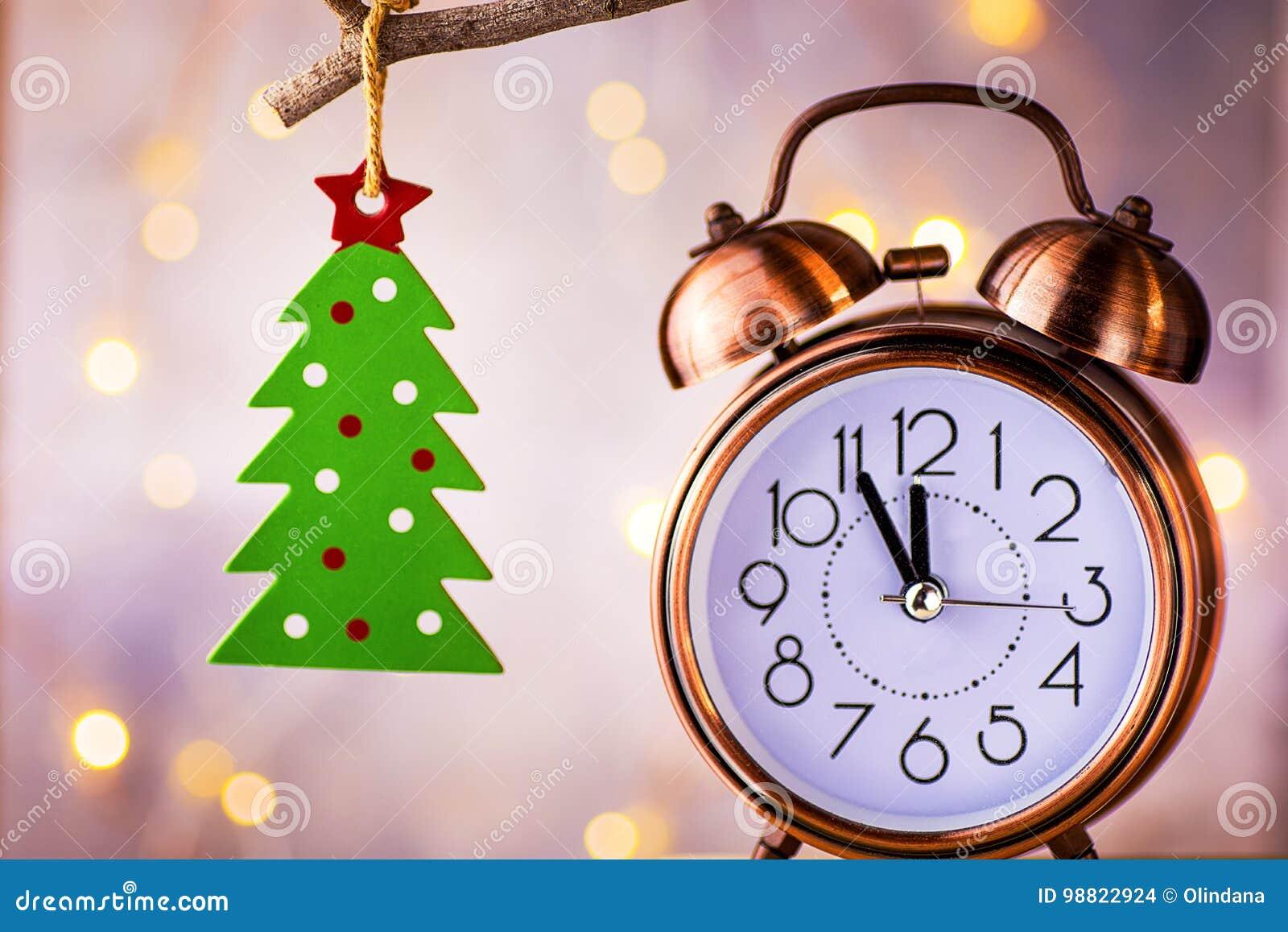 Réveil de cuivre de vintage montrant cinq minutes au minuit, compte à rebours de nouvelle année Ornement vert d arbre de Noël acc