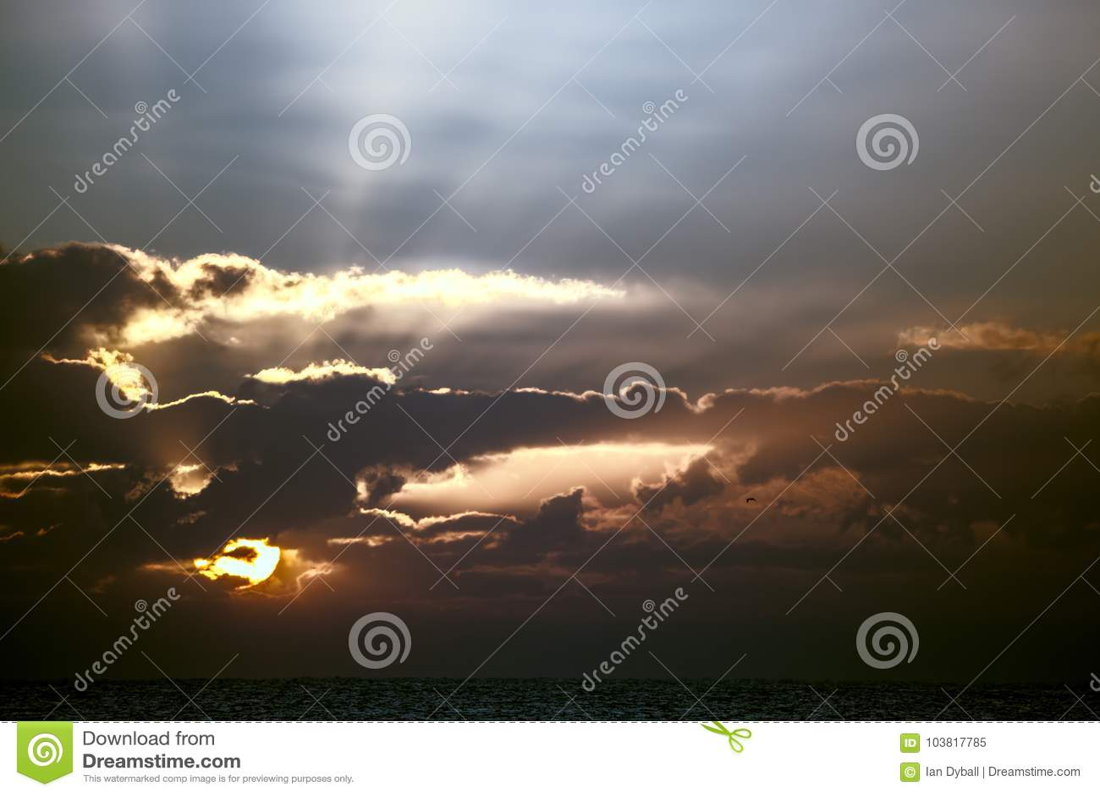 Réveil Image spirituelle douce de lever de soleil ou de coucher du soleil au-dessus de tropique