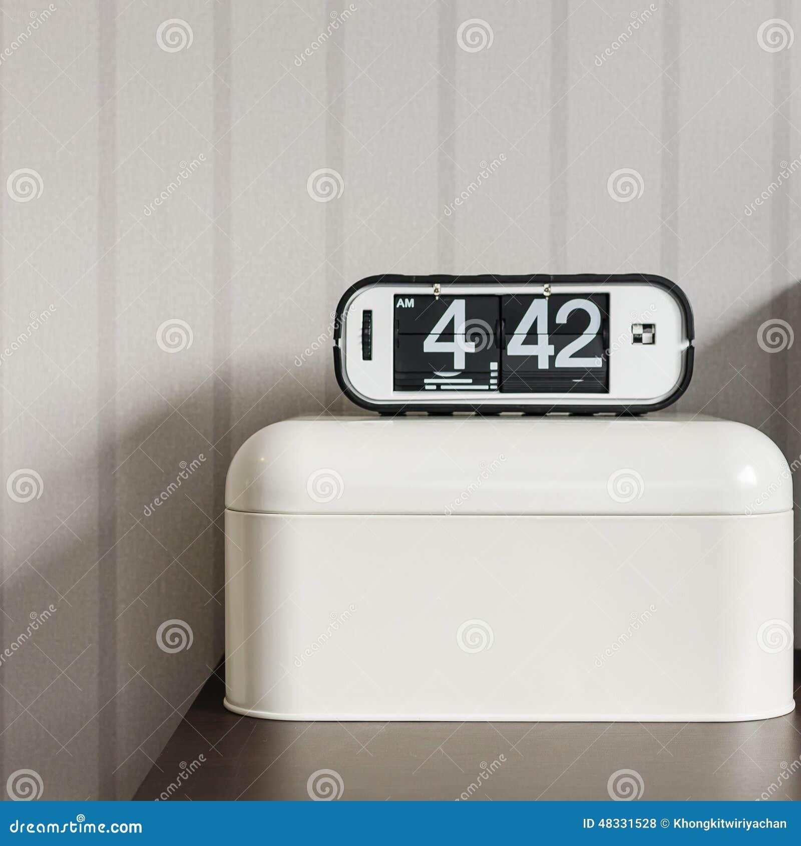 r veil moderne sur la bo te en plastique blanche photo. Black Bedroom Furniture Sets. Home Design Ideas