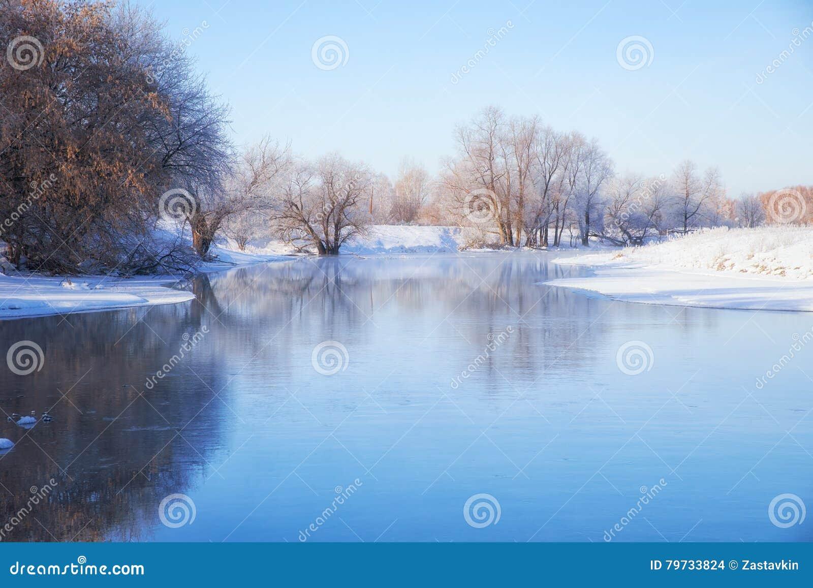 Río de congelación Talitsa en invierno
