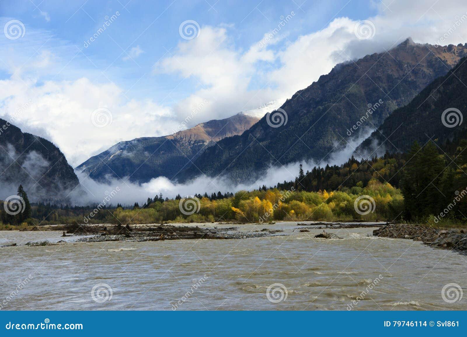 Río de la montaña en el otoño
