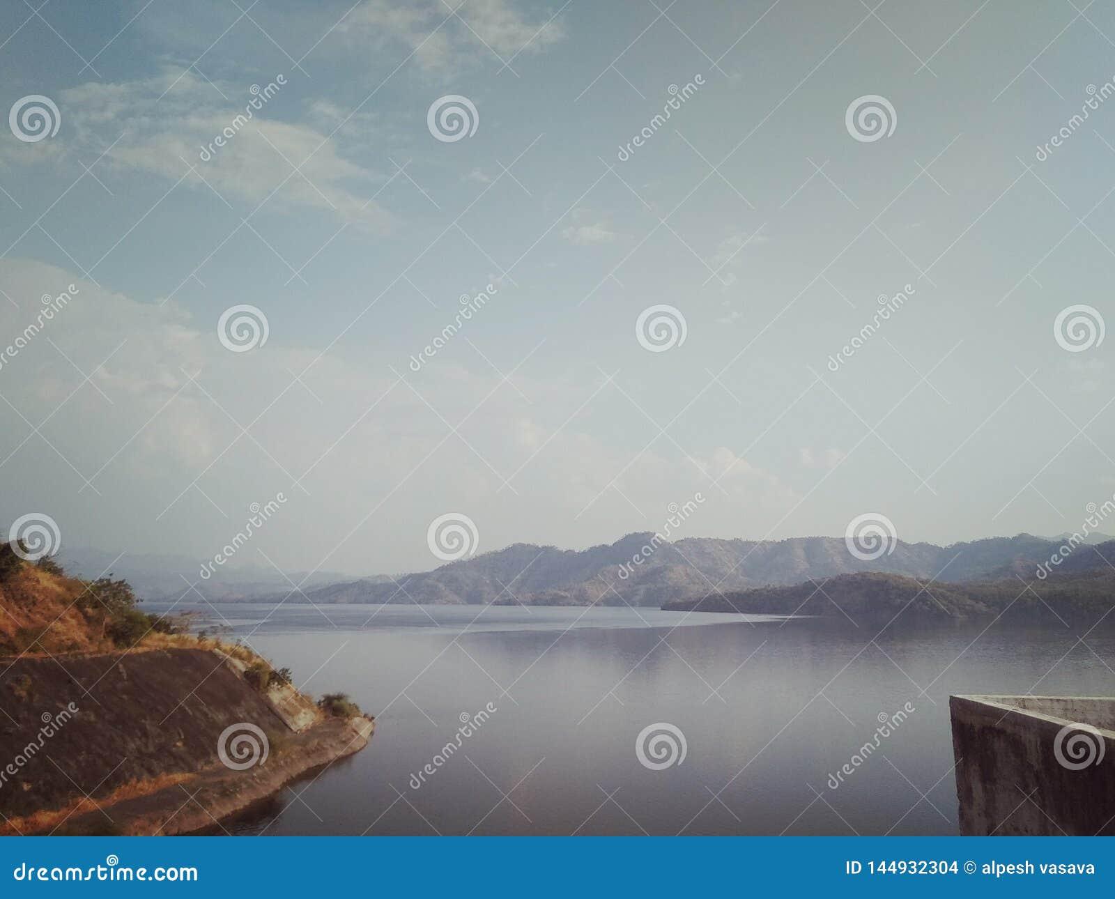 Río de Narmada en el kevadiya de Gujarat