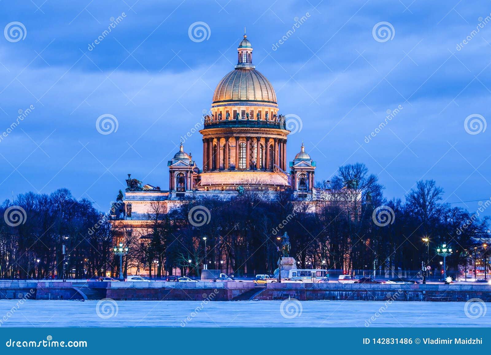 Río de Neva debajo de la catedral o de Isaakievskiy Sobor del hielo y de la nieve y de Isaac hermoso del santo en St Petersburg,