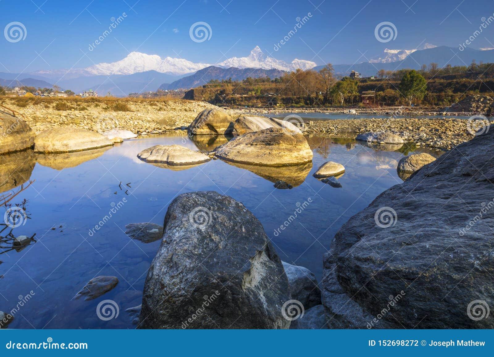 Río de Seti Gandaki y montaña de la espina de pescado de la visión a largo plazo