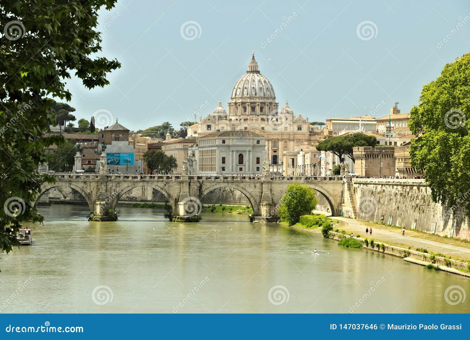 Río de Tíber con el Vaticano y San Pedro