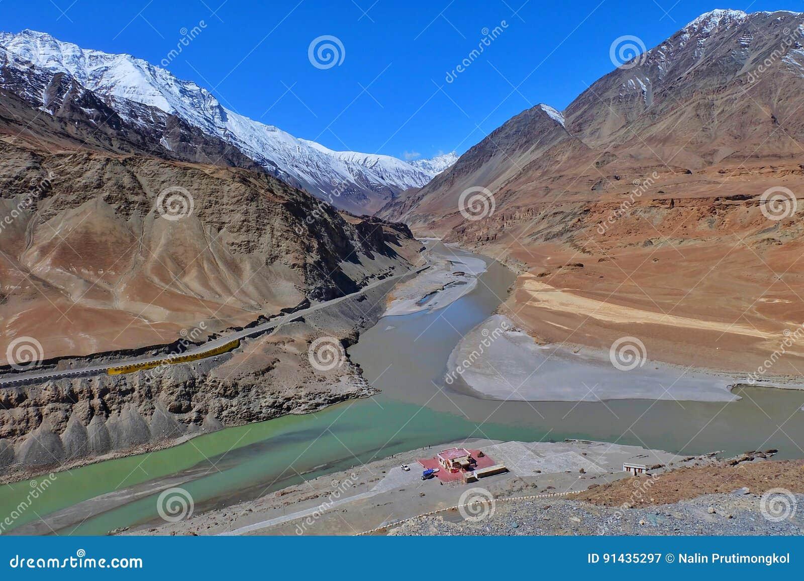 Río de Zanskar en Leh, Ladakh, la India
