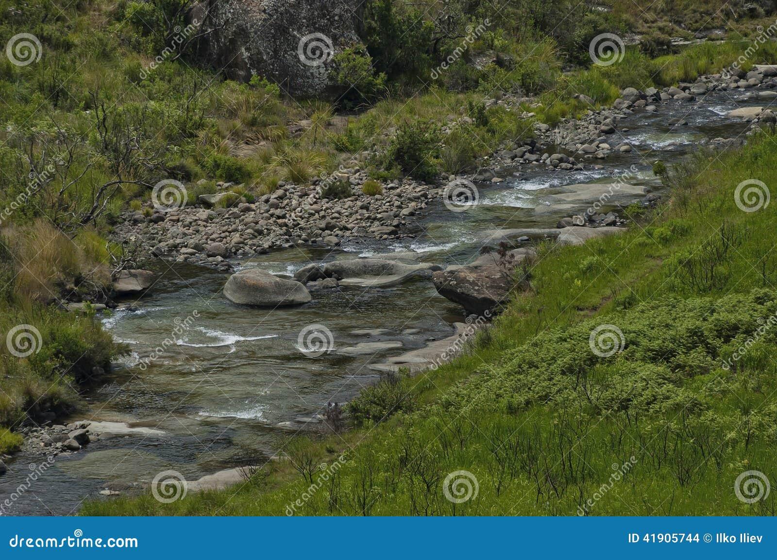 Río en reserva de naturaleza de Kwazulu Natal del castillo de Giants