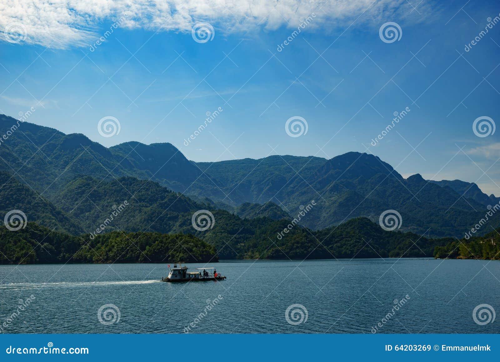 Río largo con un barco en él