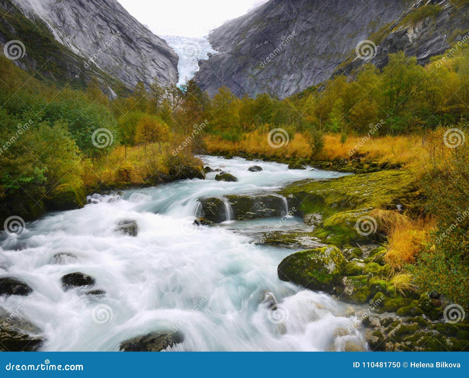 Río mágico del valle del glaciar