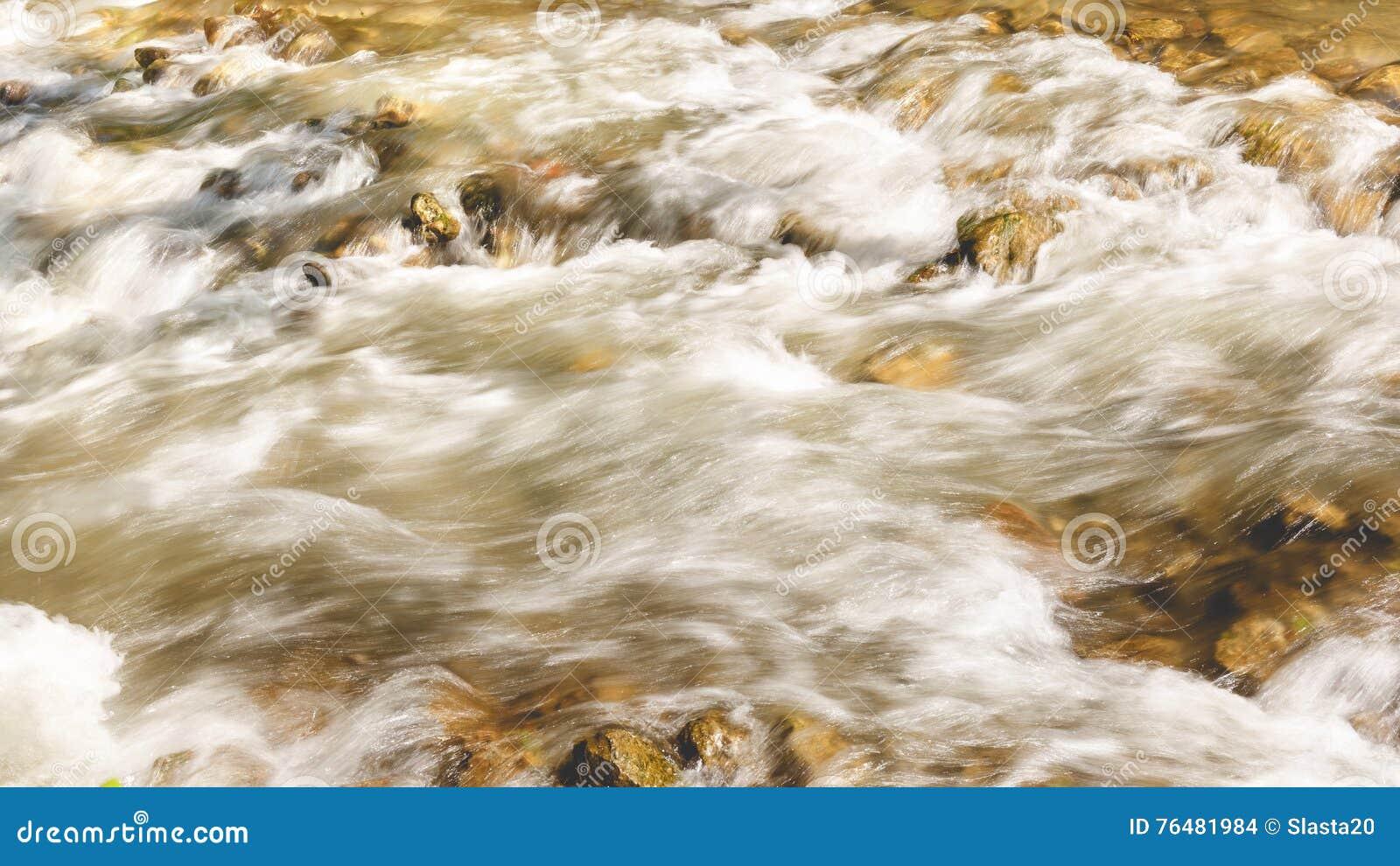 Río que atraviesa las rocas, cierre para arriba