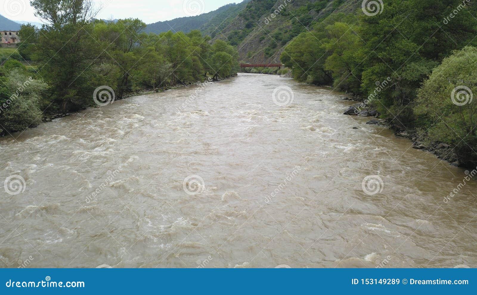 Río que fluye en valle verde