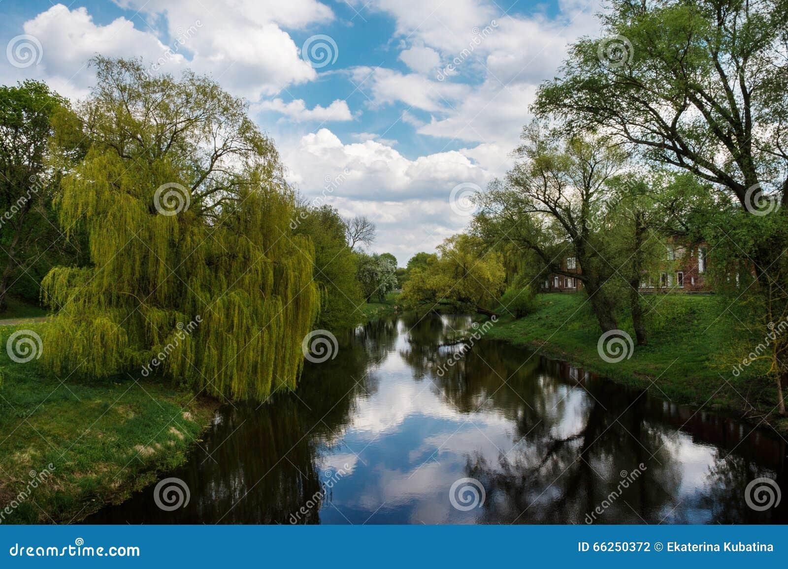 Río tranquilo y bancos verdes