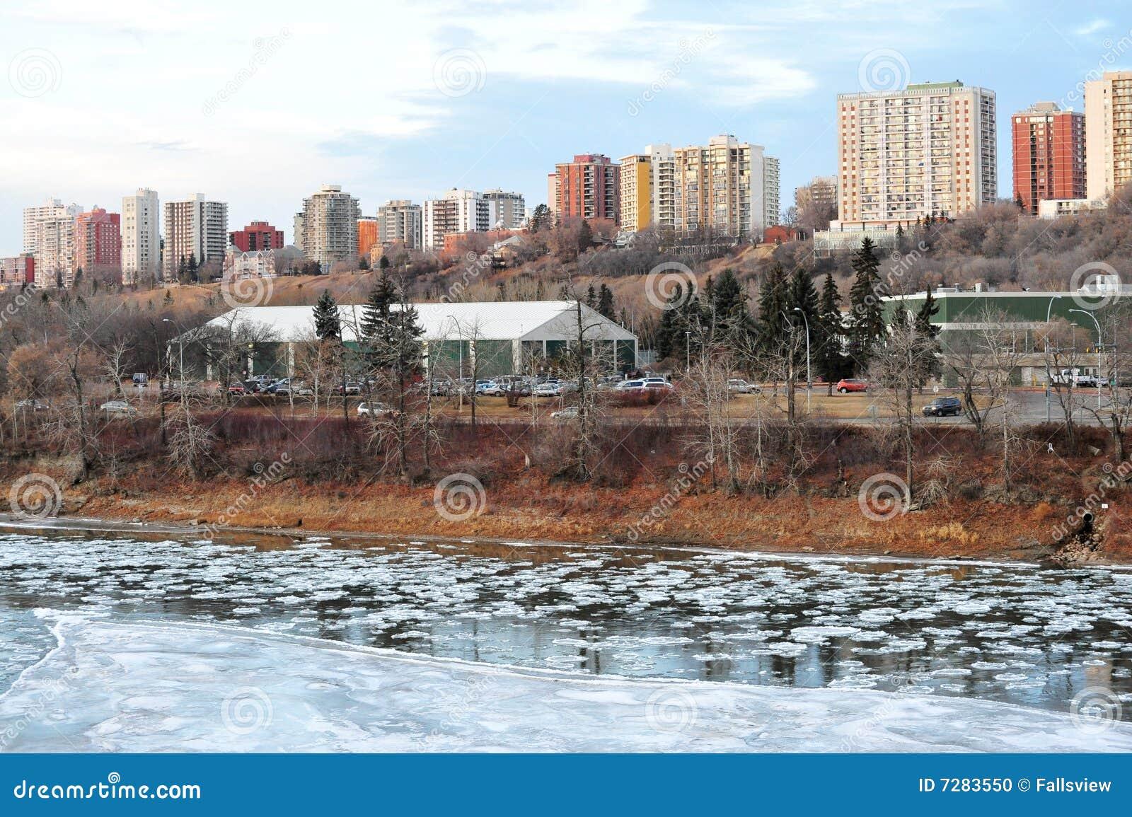 Río y ciudad del hielo del invierno
