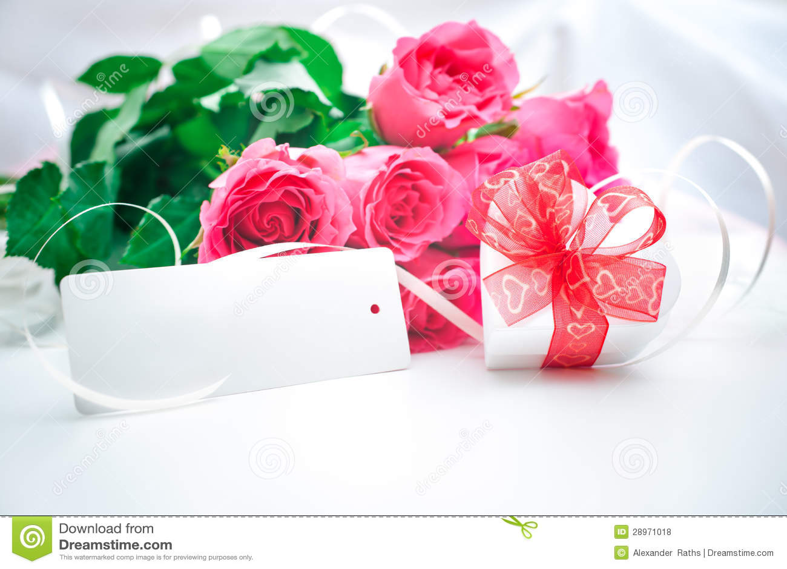 Róże i prezenta pudełko z kartą