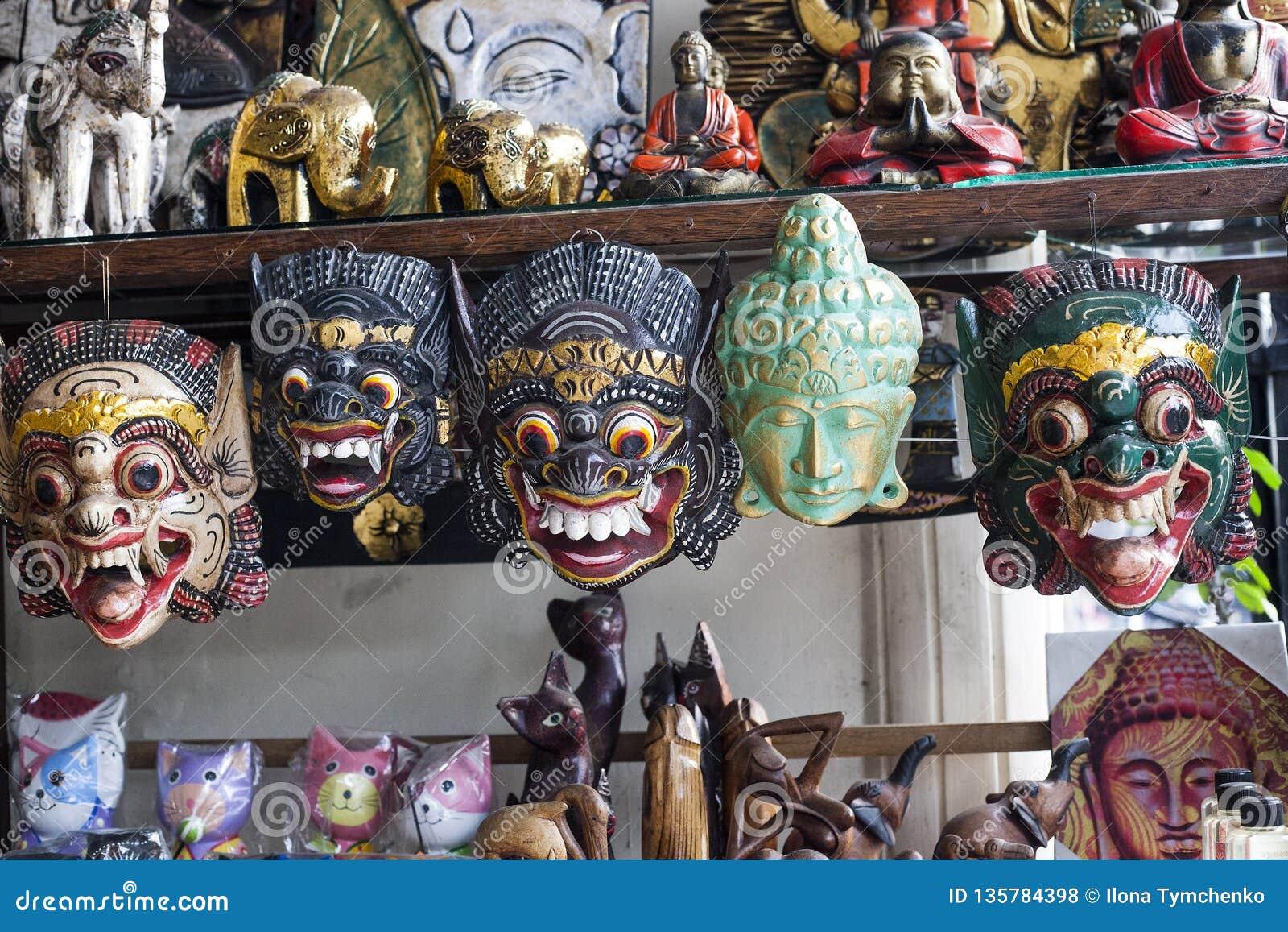 Różne malować drewniane maski w prezenta sklepie, Bali