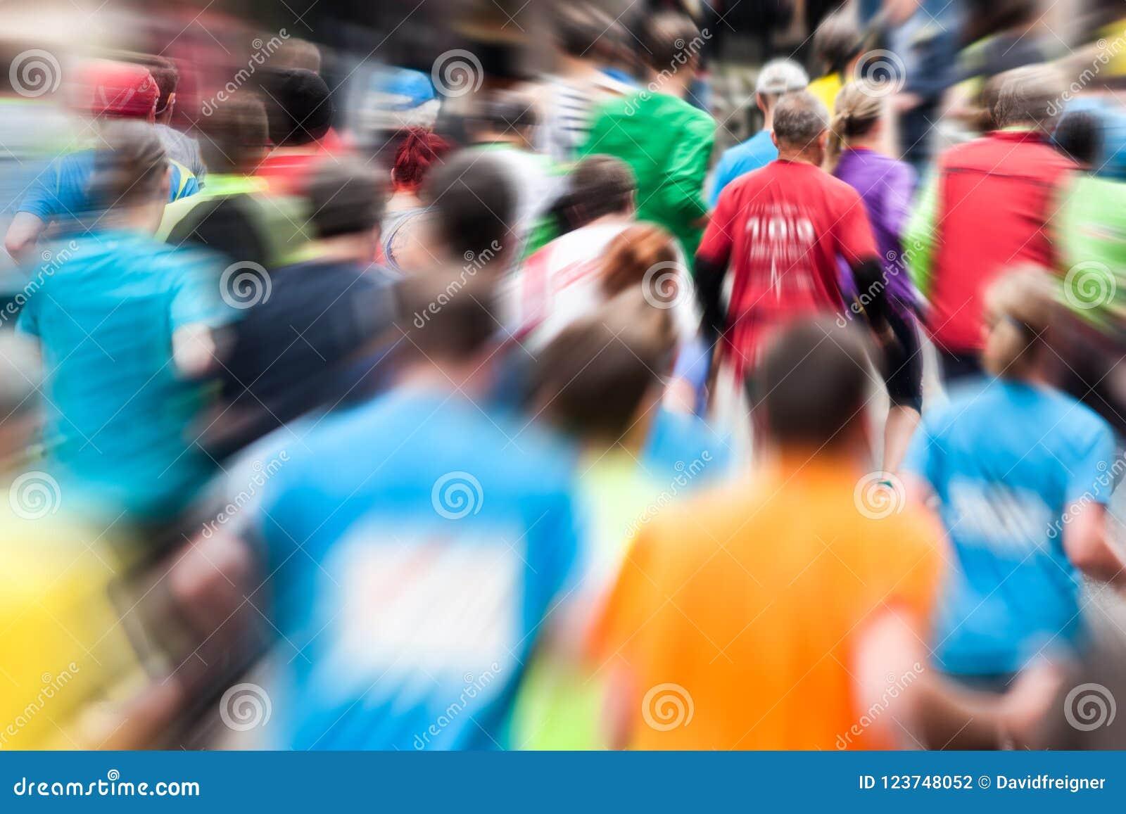 Różni biegacze przy maratonem od behind