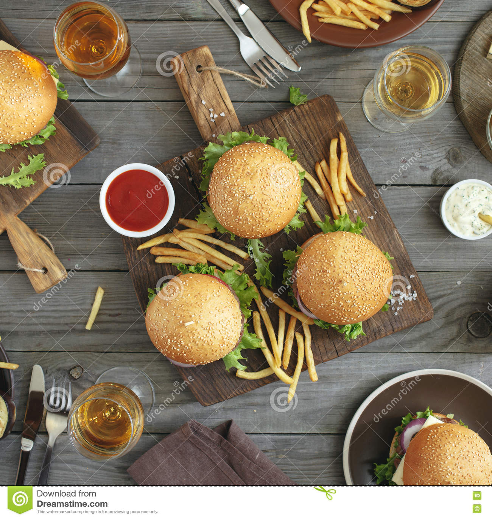 Różni hamburgery i wino