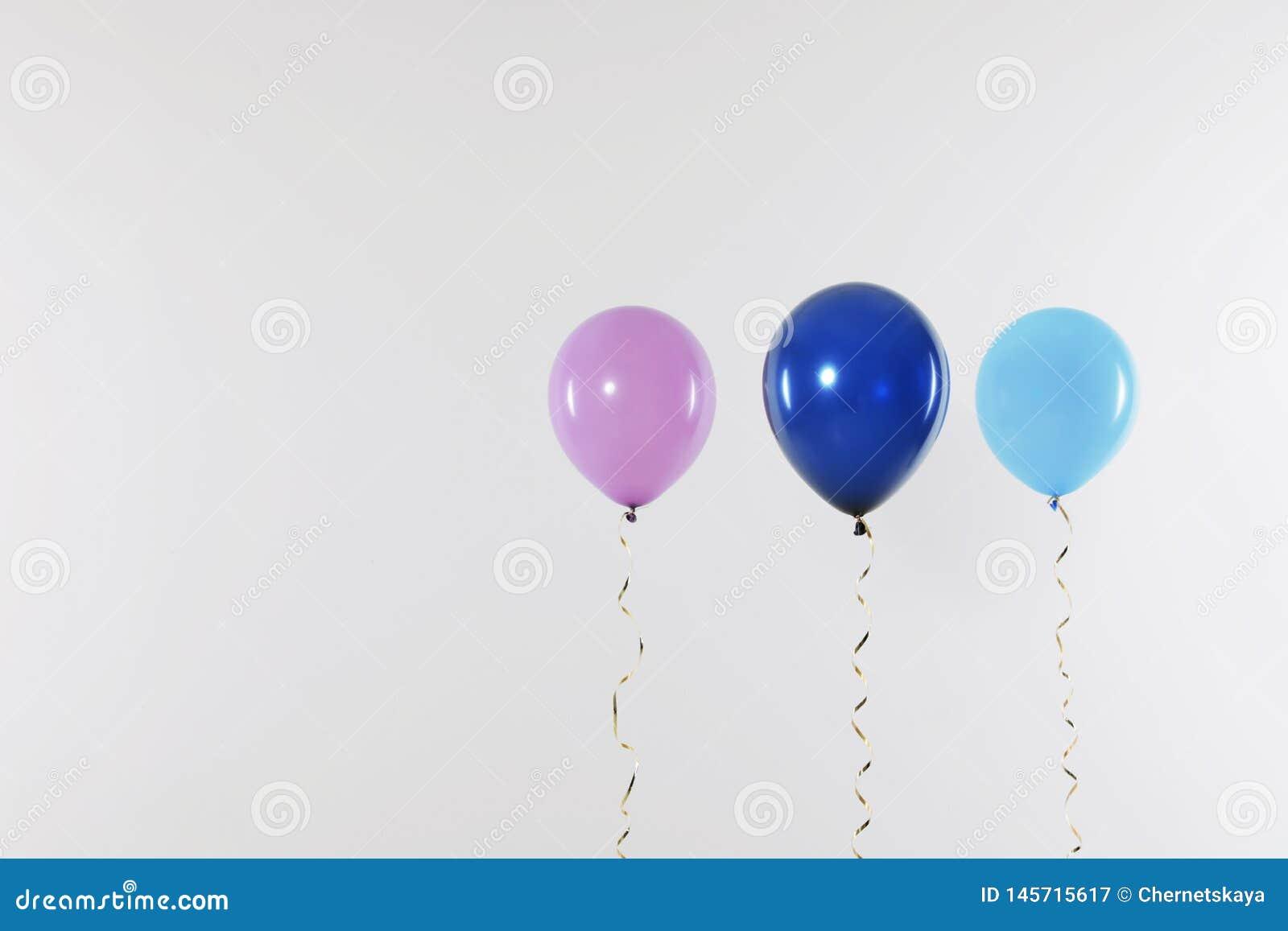 Różni jaskrawi balony na lekkim tle ?wi?towanie czas