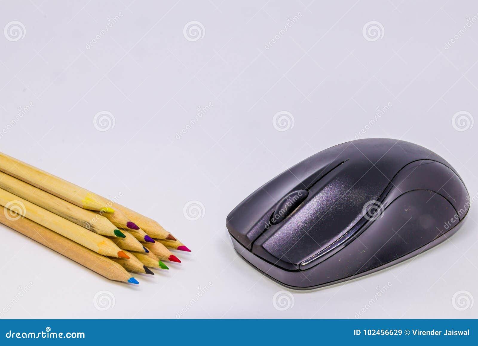 Różni kolorów ołówki z białym tłem