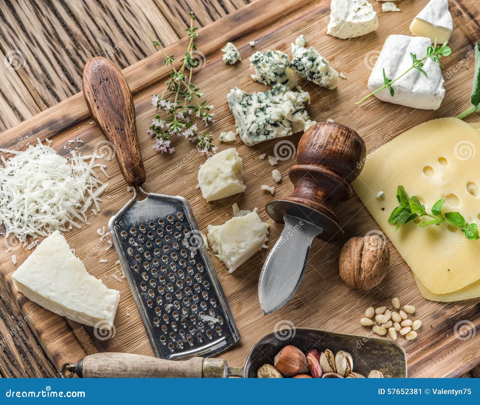 Różni typ sery z dokrętkami i ziele