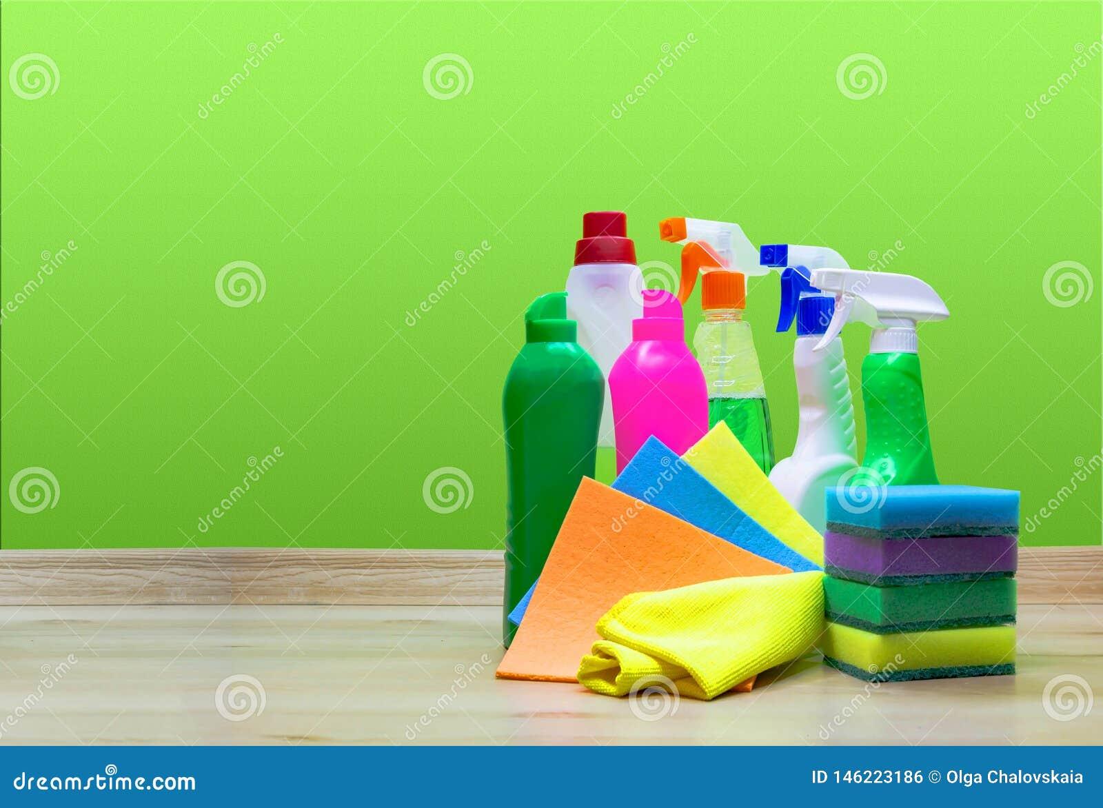 Różnorodne czyści rzeczy na zielonym tle