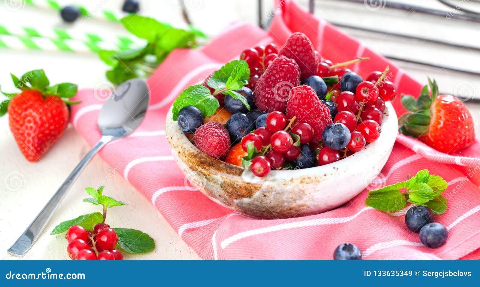 Różnorodne lato owoc w pucharze Asortowane świeże jagody z lea