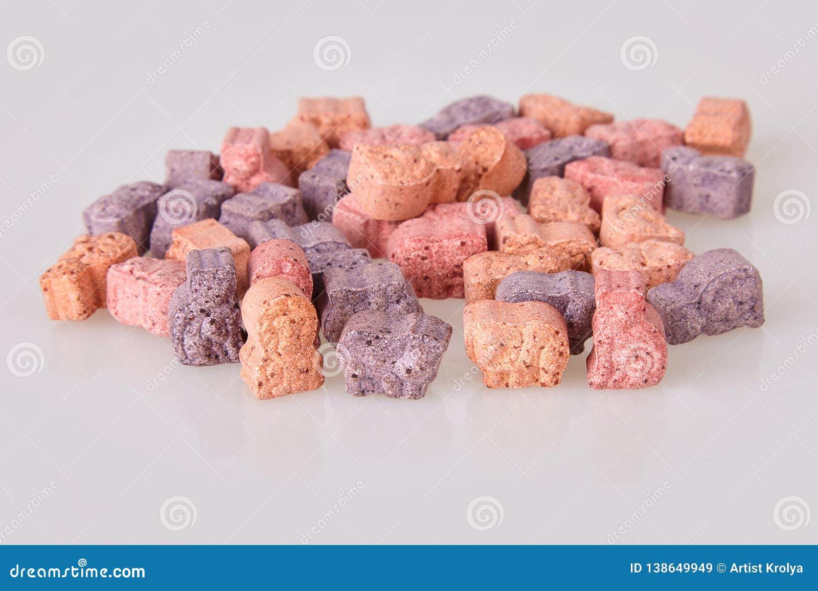 Różnorodne witaminy dla dzieciaków na białym tle
