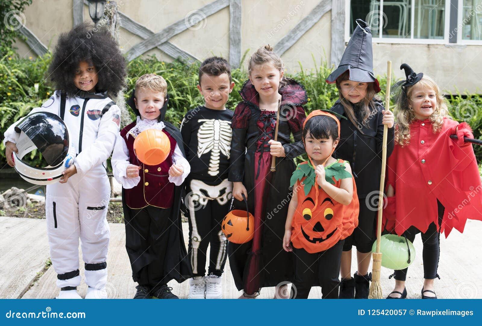 Różnorodni dzieciaki w Halloweenowych kostiumach