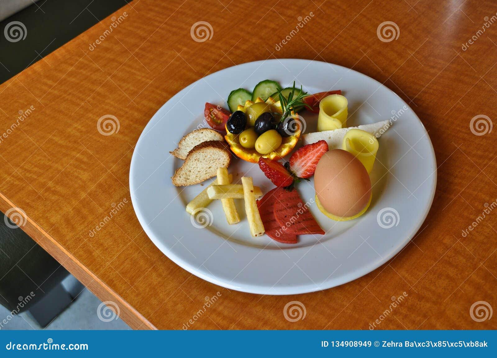 Różnorodni foods dla śniadania w bielu talerzu