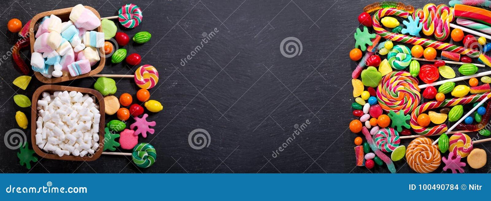 Różnorodni kolorowi cukierki, galarety, lizaki i marmoladowy,