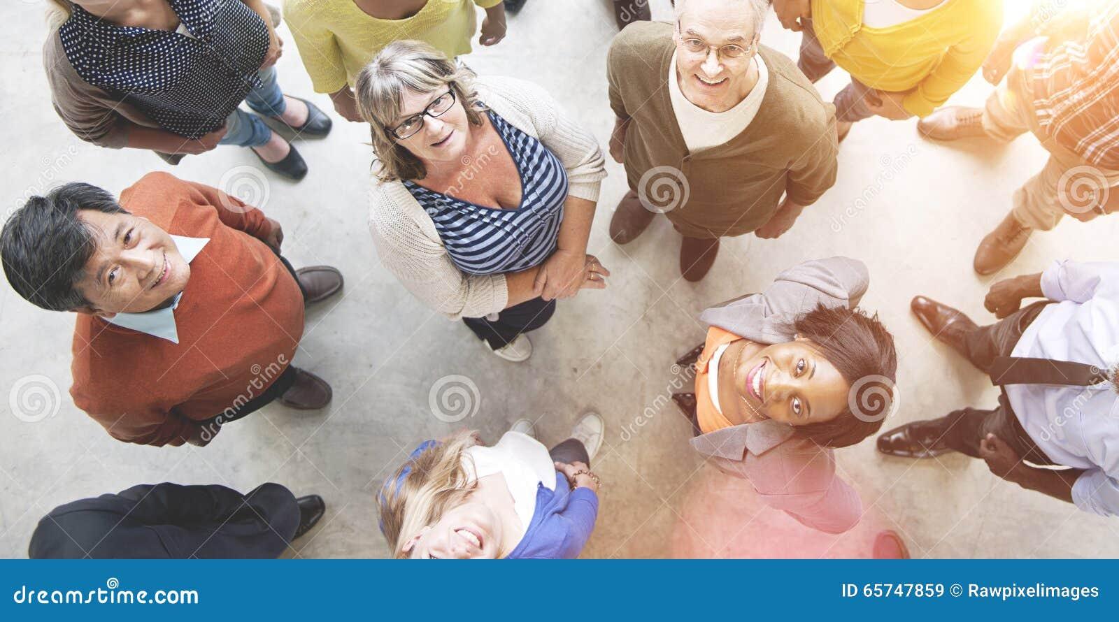 Różnorodni ludzie przyjaźni więzi szczęścia widok z lotu ptaka przeciwu
