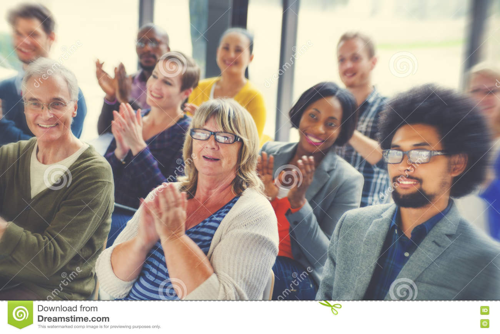 Różnorodni ludzie szczęście przyjaźni widowni konwersatorium pojęcia