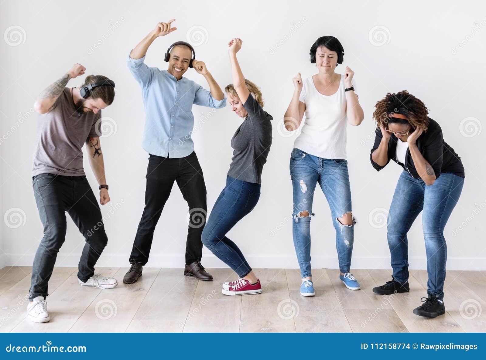 Różnorodni ludzie tanczy wpólnie słuchać muzyka