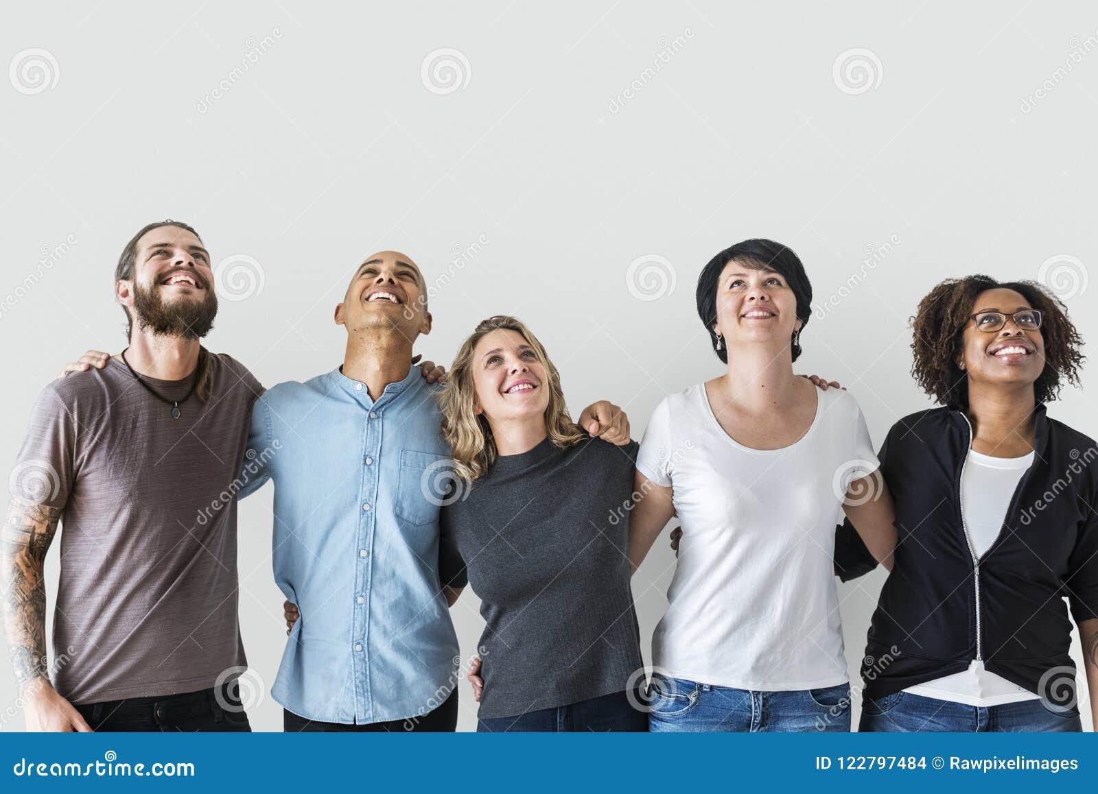 Różnorodni ludzie z pracy zespołowej pojęciem