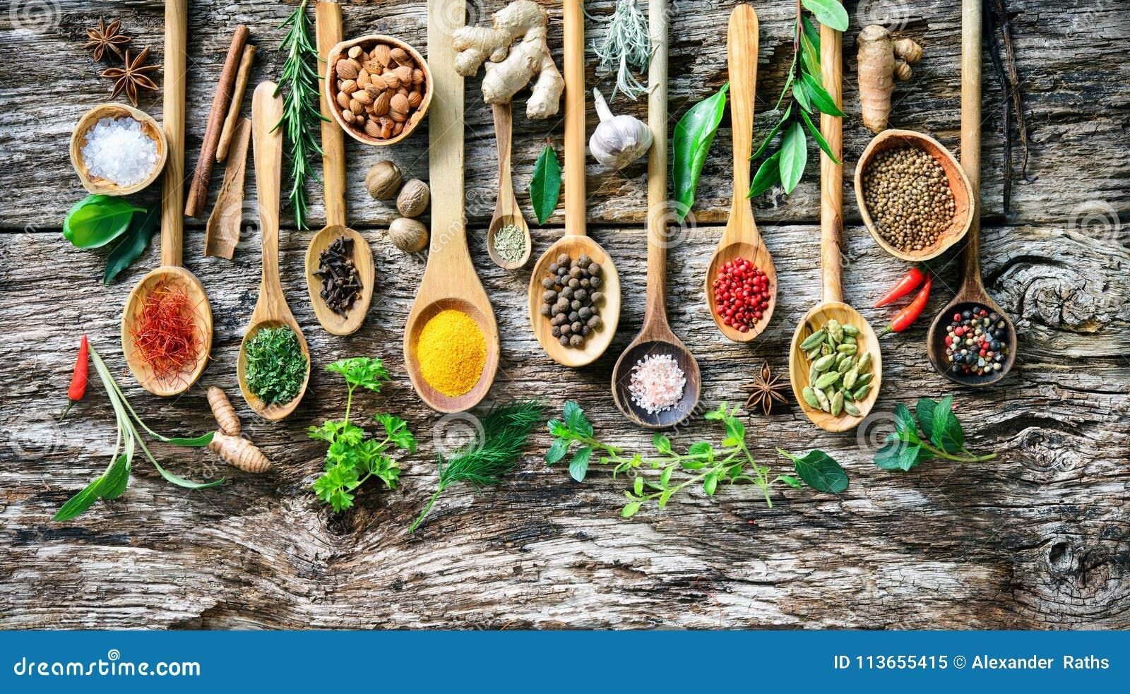 Różnorodni ziele i pikantność dla gotować na starej drewnianej desce