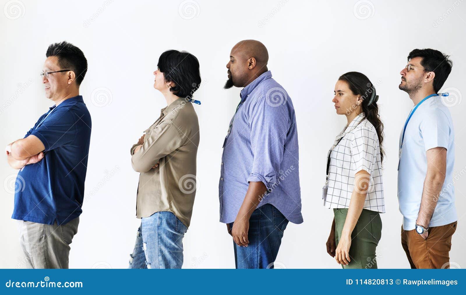 Różnorodność pracownicy stoi wpólnie w linii