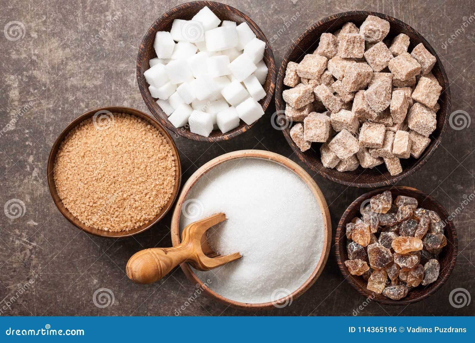 Różnorodny cukier w pucharach