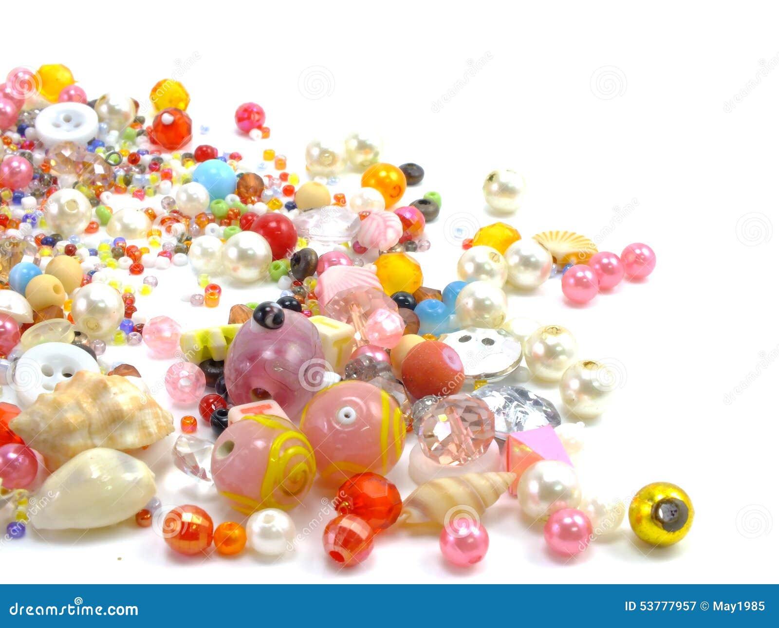 Różnorodny kolorowy koralik na białym tle