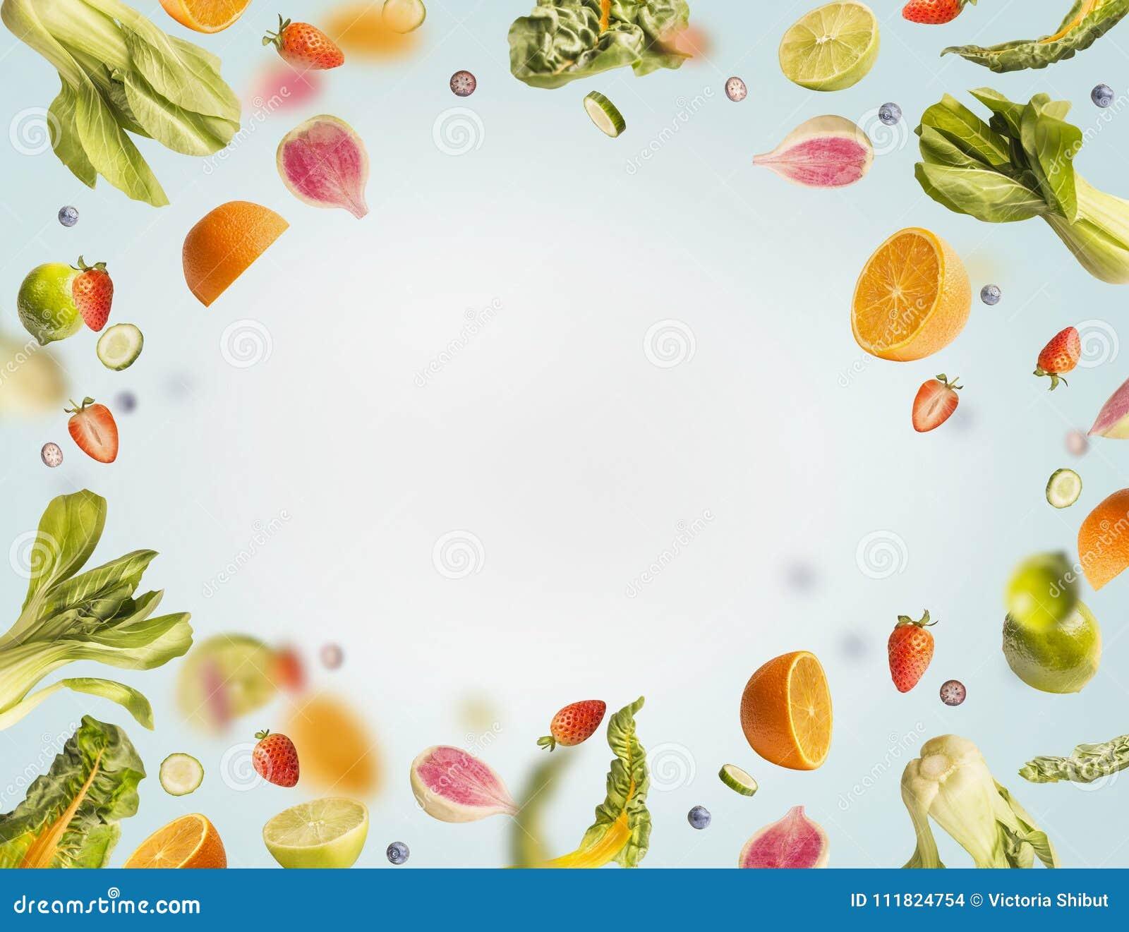 Różnorodny latanie, spada lato owoc, jagody lub warzywa na bławym tle, rama Zdrowy detox jedzenie