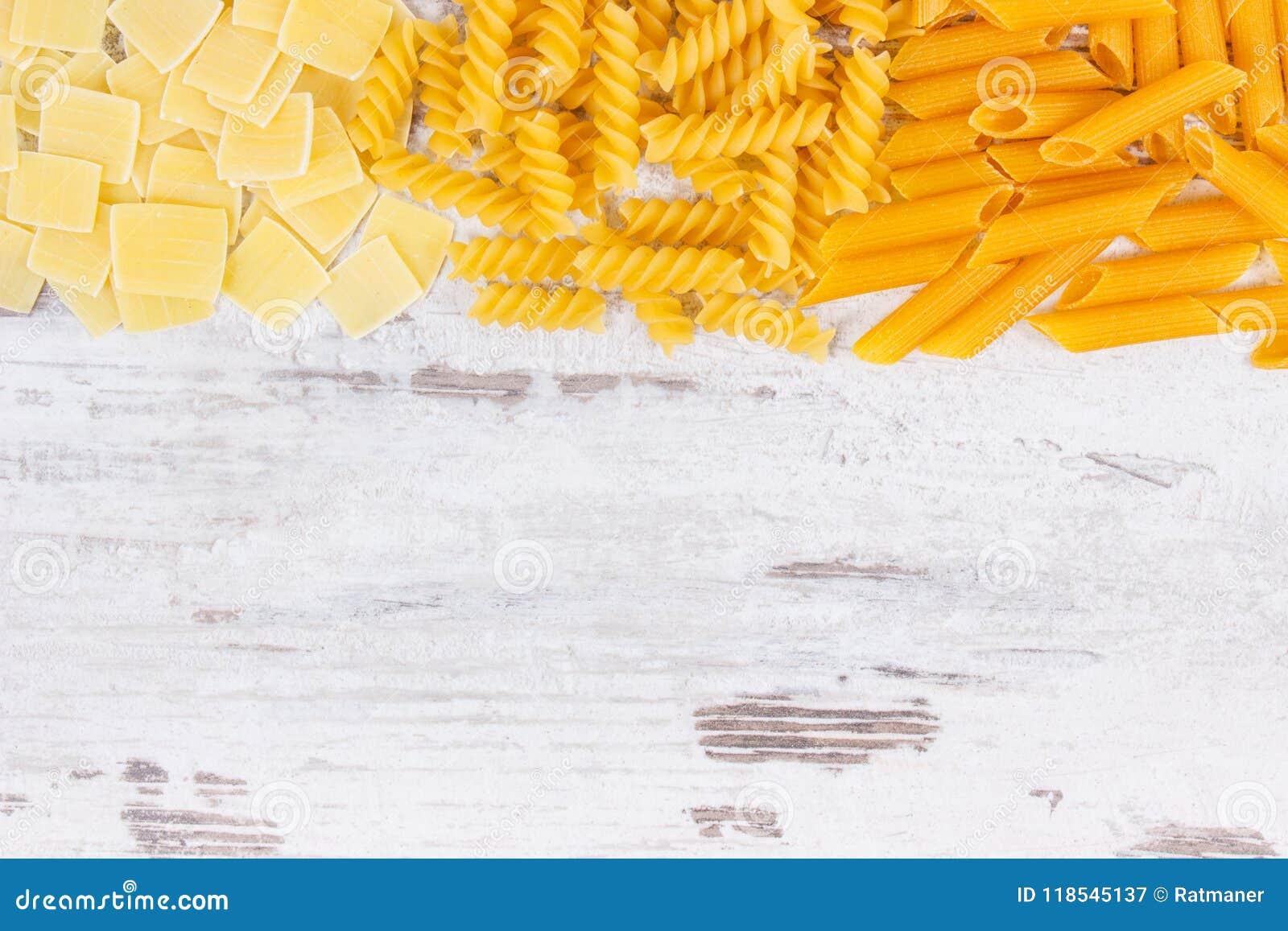 Różnorodny mieszanka makaron jako źródło węglowodany i włókno, kopii przestrzeń dla teksta na pokładzie